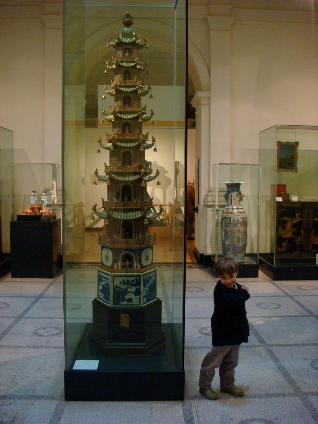 No British Museum, Dudu ficou um tempão contemplando esta reprodução de um pagode japonês...