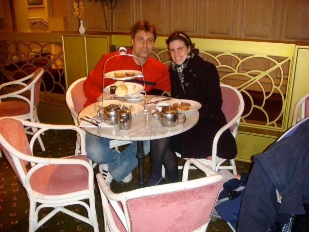 Eu e Alexandre escolhemos o Georgian Restaurant, enquanto Dudu dormia no carrinho.
