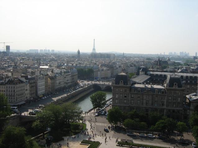 Do alto da torre, Quasímodo e suas amigas gárgulas observavam Esmeralda lá embaixo, na praça de Notre Dame
