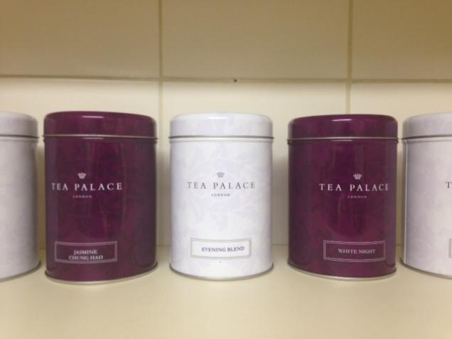 No cantinho do chá que tenho na cozinha, há lugar reservado para as latinhas The Tea Palace