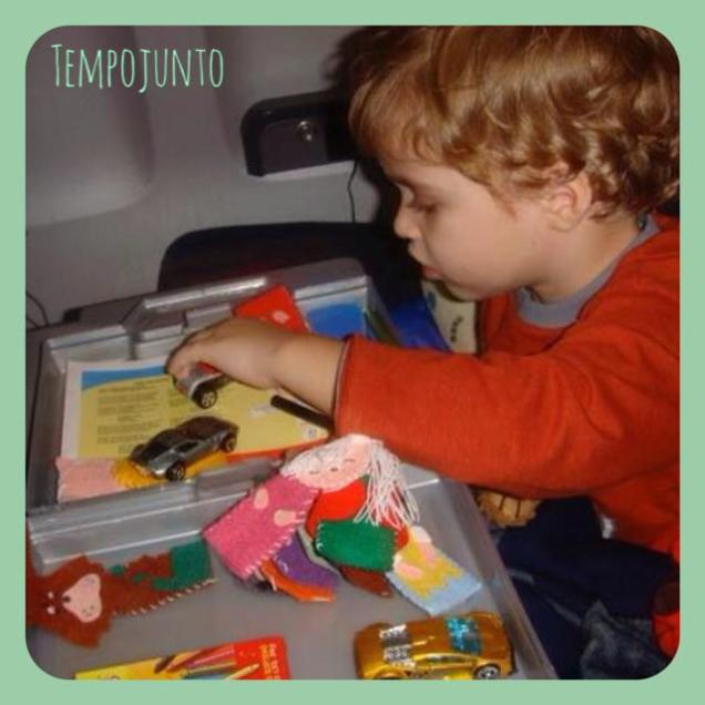 """Olha só o Dudu, visitando o blog Tempo Junto, com sua maleta de atividades para o avião! Está no post """"O que você coloca na mala para distrair seu filho nas viagens""""."""