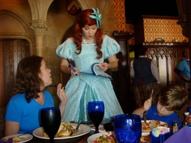 Ariel adorou assinar um autógrafo para a amiga do Dudu!