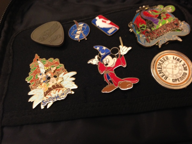 Ele acabou comprando pins também em passeios  fora da Disney, como o Kennedy Space Center e o jogo da NBA