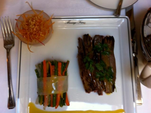 Magret de pato com juliana de legumes, lindamente apresentado e harmonizado à perfeição com um chá do Ceilão