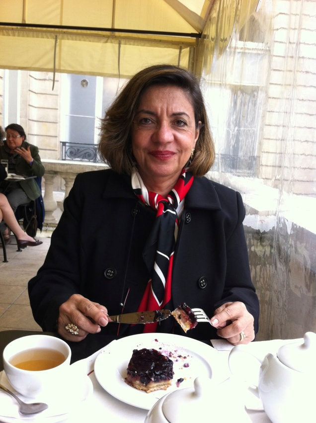 Mamãe escolheu a tartelette de amoras, no Café Jacquemart-André
