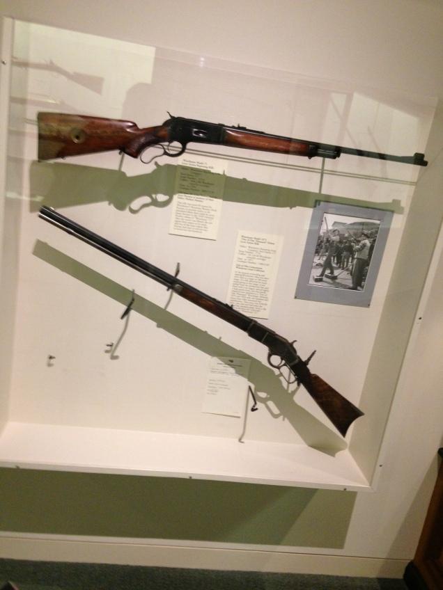 Winchester 73, original em cima, embaixo a réplica usada no filme de mesmo nome