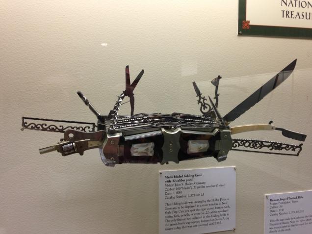 Precursor do canivete suíço, fabricação alemã, com 100 lâminas e um revólver 22 com 5 tiros
