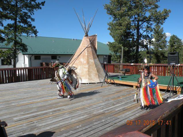 Índios Sioux exibem danças nativas