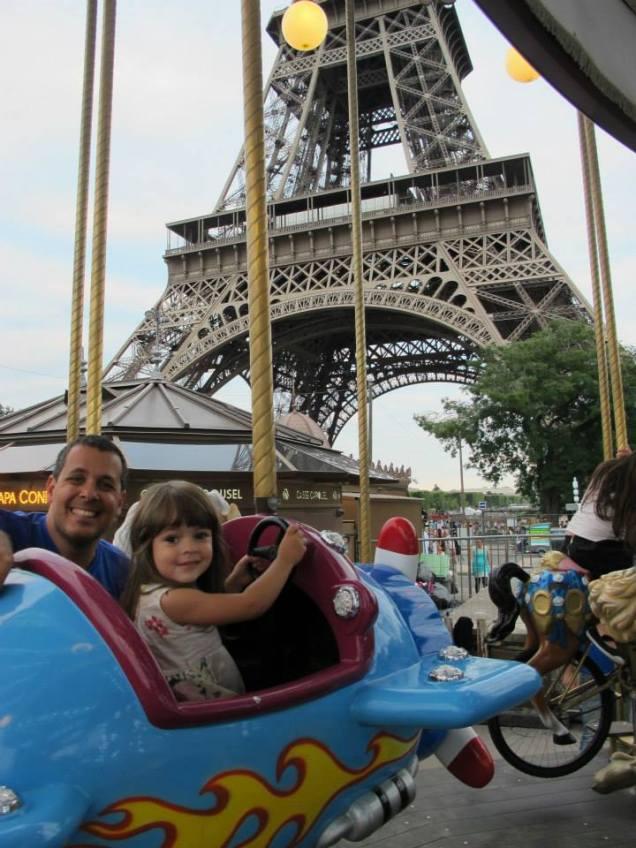 Sobrevoando a Torre Eiffel de carrossel