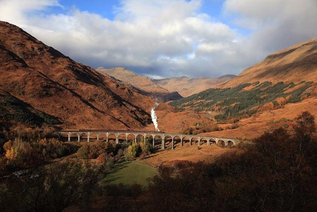 O trem a vapor The Jacobite passa pelo viaduto Glenfinnan, cenário dos filmes de Harry Potter Fonte: http://www.westcoastrailways.co.uk