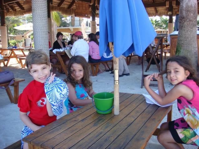 No Barefoot by the Sea tem mesa de adulto e de criança