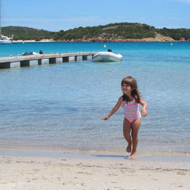 A carioquinha Marina desfila nas areias da Córsega