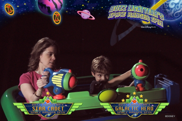 O pacote completo inclui as fotos tiradas dentro dos brinquedos, como o Buzz Lightyear Space Ranger Spin