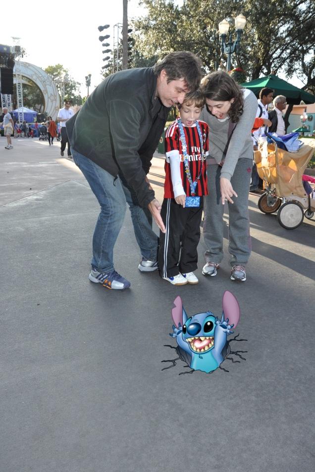 O fotógrafo mostrou para onde deveríamos apontar e fazer cara de surpresa. Depois, apareceu o Stitch na foto!