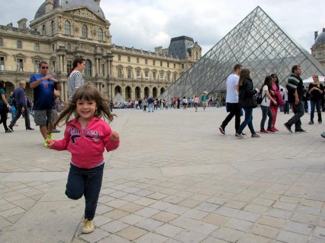 A alegria da Marina na praça do Louvre