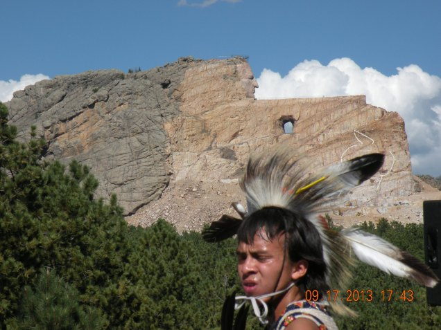 A efígie inacabada do Chefe Cavalo Doido, cenário para a dança dos índios Sioux