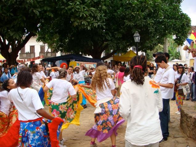 Danças típicas brasileiras apresentadas no meio da rua