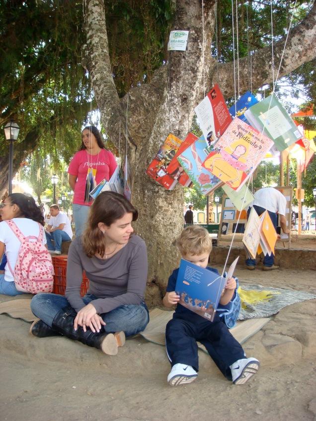 Em Paraty, livro dá em árvore!