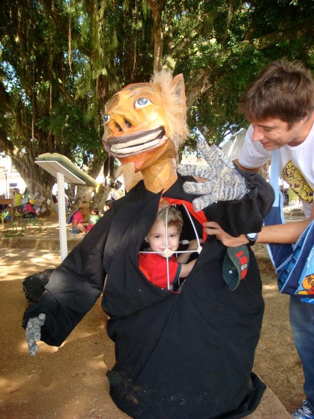 Depois da apresentação dos bonecos mamulengos, as crianças podiam experimentar!