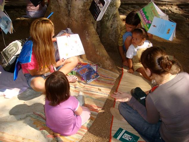 Contação de histórias à sombra das árvores