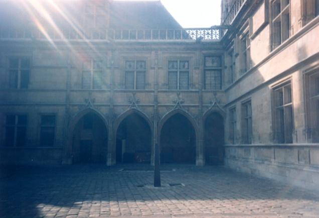 O pátio do belo edifício que abriga o museu medieval