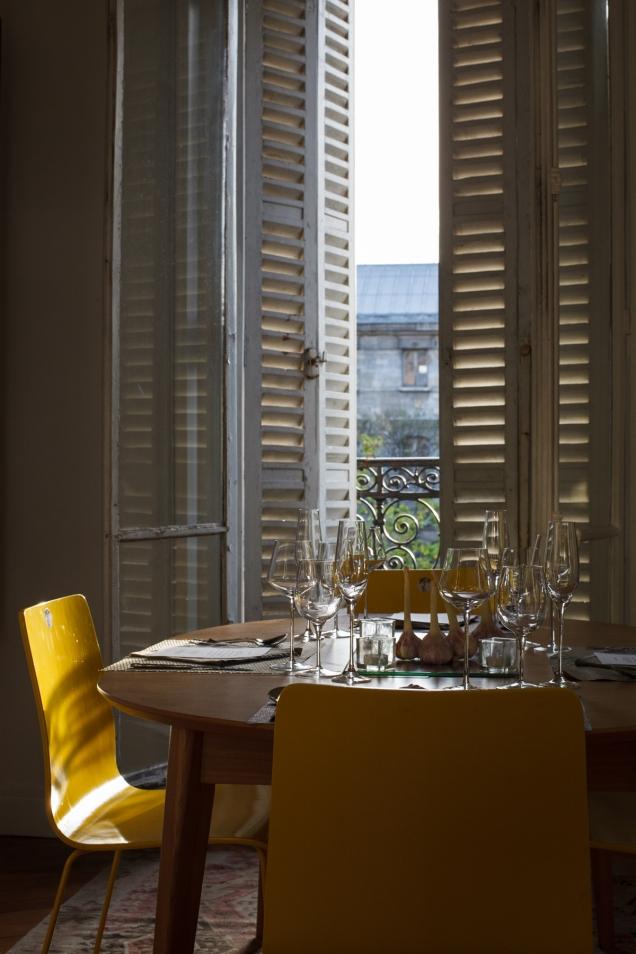 Que tal um almoço gourmet a dois, num típico apartamento parisiense?