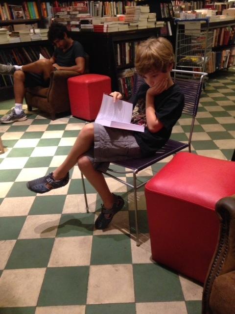 Dudu se sente em casa na Livraria da Travessa
