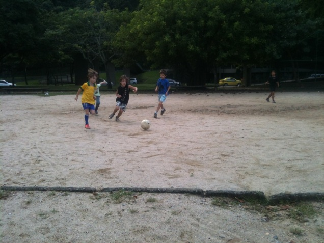 Os meninos se esbaldam no futebol da Lagoa