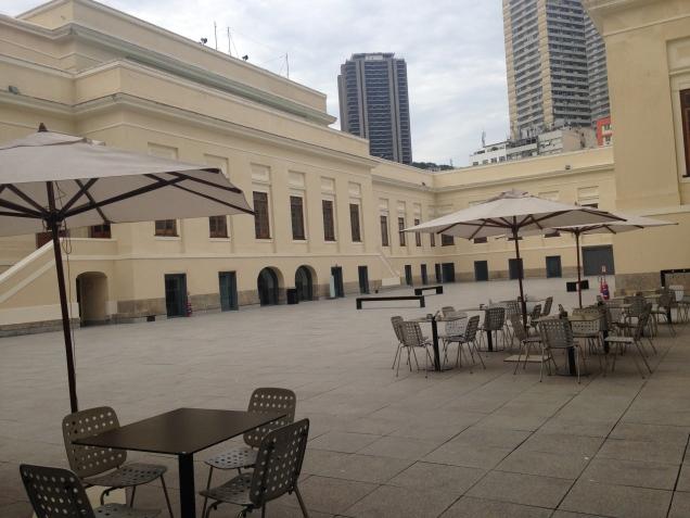 Se você optar pela cafeteria, pode relaxar no pátio interno. Ao fundo, a famosa torre do Shopping Rio Sul.