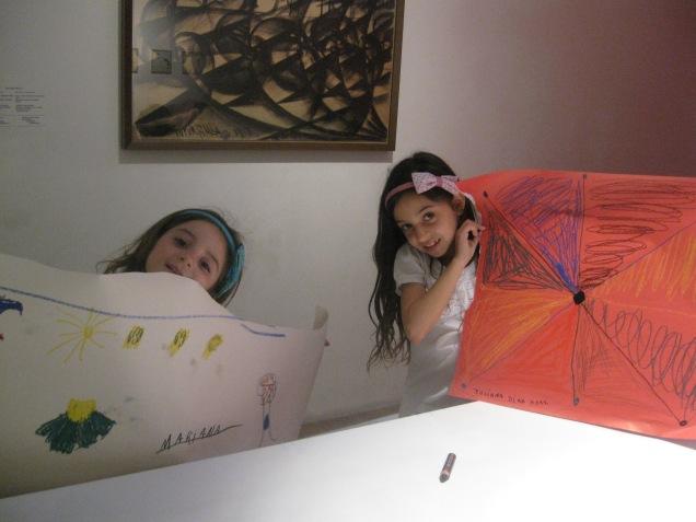 A produção artística das meninas ficou exposta lá no ateliê