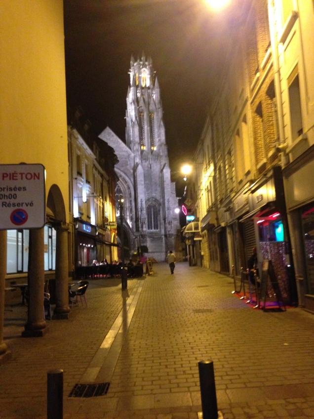 No fim da rua, a Catedral de Arras