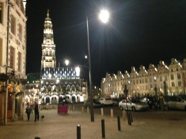 Grande Place, com o Beffroi (o salão comunal da cidade)