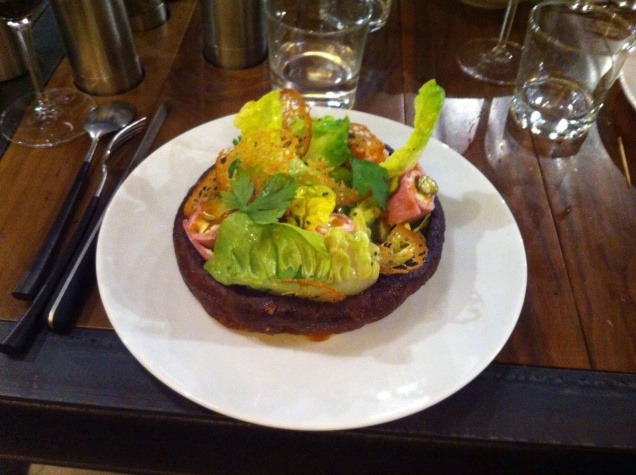 Eu escolhi uma salada com salmão, queijo de cabra e mil outros detalhes. Fui a única do grupo a não optar pelo menu completo.