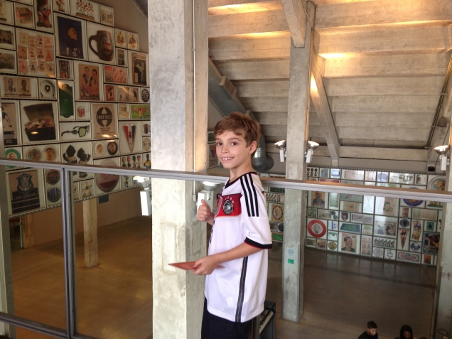 Dudu se esbaldou no Museu do Futebol