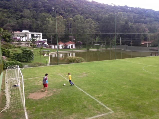 Natureza, ar puro, família reunida e campo de futebol. Precisa mais?