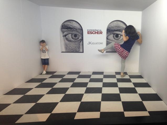 Dudu e sua amiga Carol, na Exposição Escher, no Shopping Iguatemi