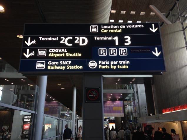 Placa de sinalização no corredor do Aeroporto Charles de Gaulle