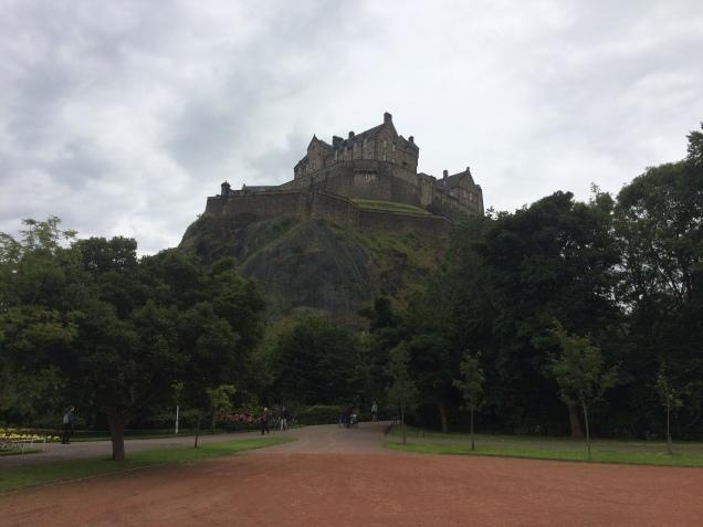 Dominando a colina, o Castelo de Edimburgo