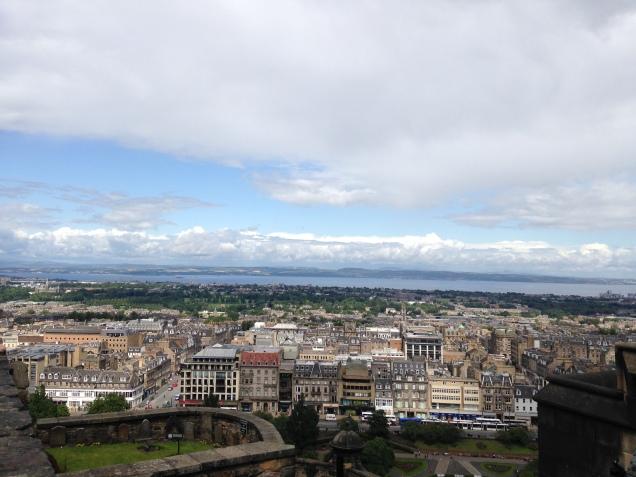 Das muralhas do Castelo de Edimburgo, a vista do Mar do Norte