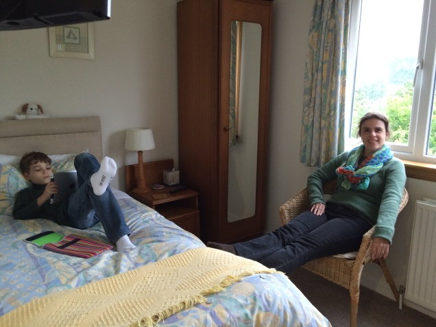 Dudu ficou bem confortável em seu quarto anexo ao nosso!