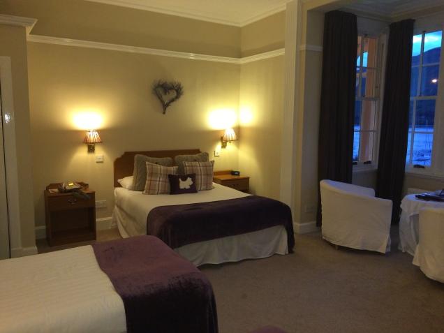 O quarto conta com uma cama de casal e duas de solteiro, com um enorme espaço de circulação.